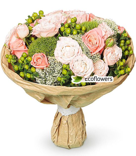 Фото букета: Розы и гиперикум