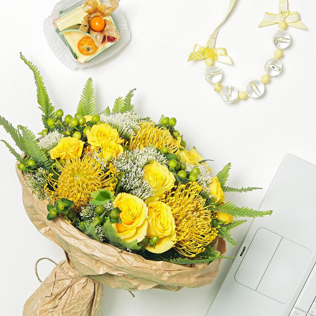 Фото букета: Леукоспермум и розы