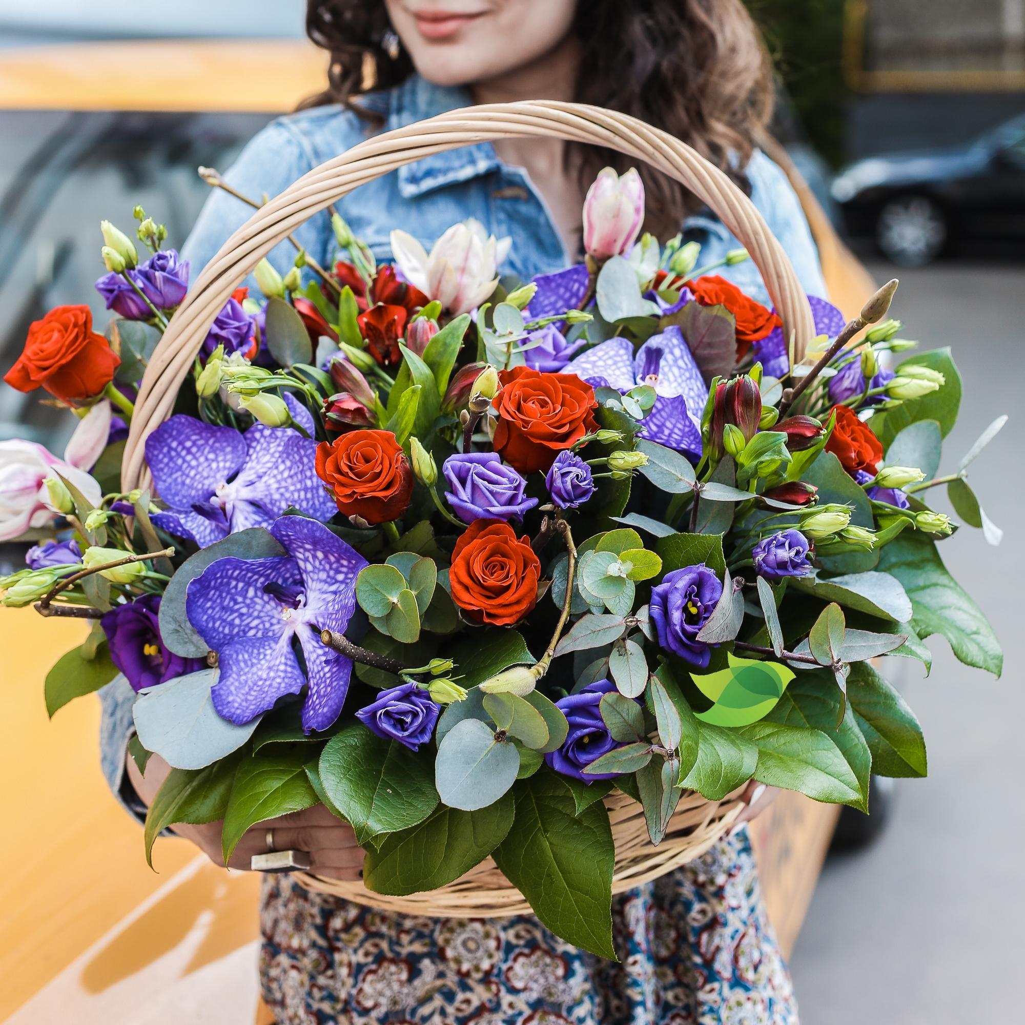 Фото букета: Корзина с розами и вандой